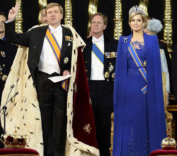 Vilmos Sándor holland király feleségével, Maxima hercegnővel a királlyá avatás során.