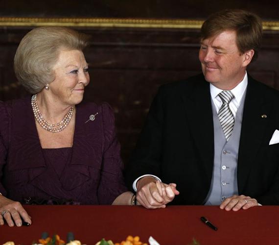 Az új király és édesanyja, Beatrix egymás kezét fogva mosolyognak az aláírások után.