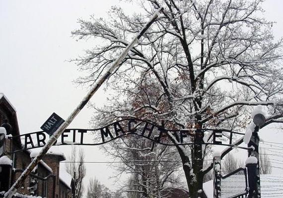 """""""A munka szabaddá tesz"""" - hirdette a felirat a tábor bejárata felett."""