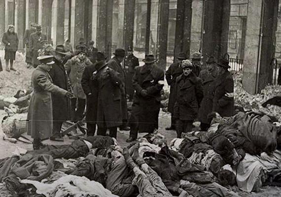 Holttestek a pesti nagy gettó utcáján.