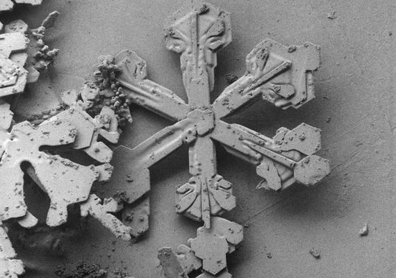 Erről az alakzatról azért még meg lehet mondani, hogy egy hópehelyről van a fotón.