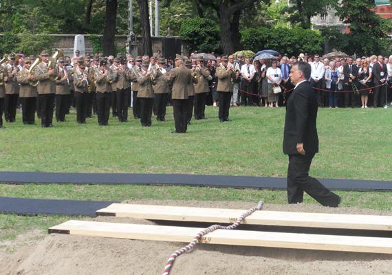 Horn Gyula temetésén lerótta kegyeletét Mesterházy Attila, Boross Péter, Medgyessy Péter, Gyurcsány Ferenc, Bajnai Gordon és Orbán Viktor miniszterelnök is, akinek főhajtásakor a tömeg zúgolódni kezdett a háttérben.