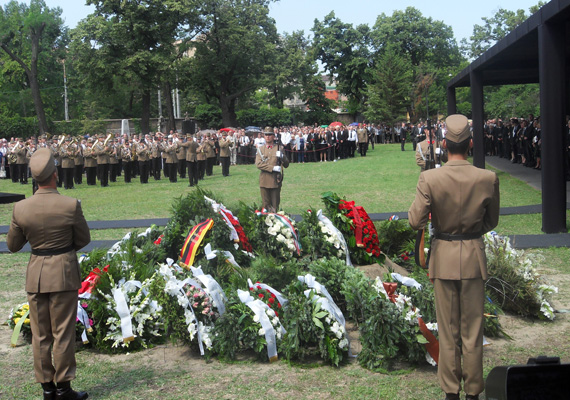 Koszorúk a volt miniszterelnök, Horn Gyula sírján.