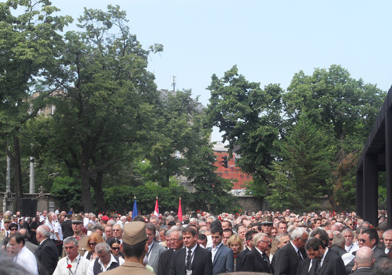 Nagyjából négyezer-ötezer ember jelent meg a volt miniszterelnök, Horn Gyula temetésén hétfőn délelőtt a Nemzeti Sírkertben. A tömegben mindenki egy szál vörös szegfűvel állt a kezében, amit a Himnusz és Szózat alatt a magasba tartottak.