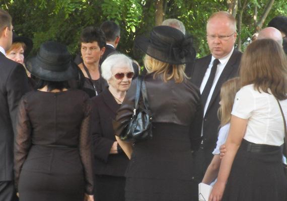 Családja, barátai, országgyűlési képviselők kísérték utolsó útjára Horn Gyulát. Középen feleségét, Király Annát látjuk, két gyermekük, Anna és Gyula társaságában.