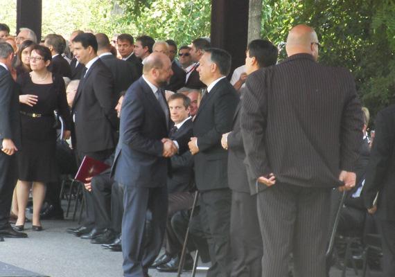 Az Európai Parlament elnöke, Martin Schulz és Orbán Viktor miniszterelnök üdvözlik egymást Horn Gyula volt miniszterelnök temetésén.