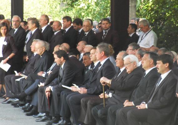 A temetésen jelen volt Áder János államfő, Sólyom László volt köztársasági elnök, az MSZP, a KDNP, a DK, a Fidesz és a PM országgyűlési képviselői és a diplomáciai testület tagjai.