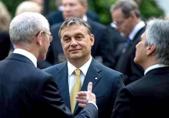 Orbán Viktor az interjúban kifejtette, hogy nemzeti szuverenitásunk bizonyos szegmenseit hajlandó más országokkal közösen gyakorolni, de az ország kormányzását szeretné a magyar kormány maga megoldani.