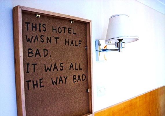 Szívesen becsmérli a szállodákat tükrök és festmények hátoldalán.