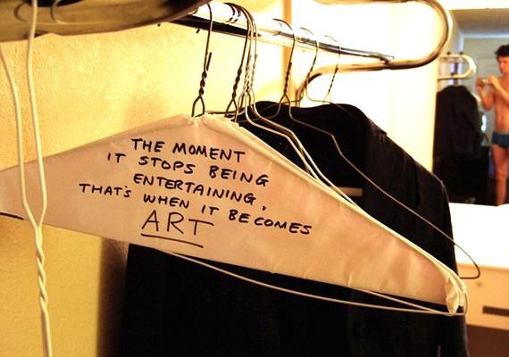 - A pillanat, amikor megszűnik szórakoztató lenni: akkor válik művészetté.