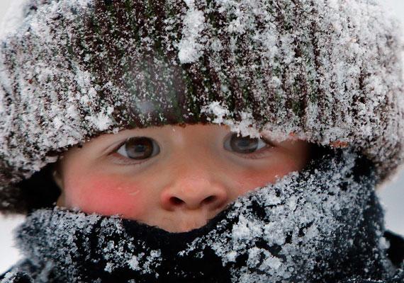 Ezt a kisfiút nem tántorította el a méteres hó attól, hogy kinti játékkal töltse az időjárás miatt elrendelt tanítási szünetet.