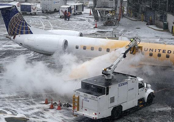 Hétfőn és kedden összesen több mint ötezer járatot töröltek a térség repterein.