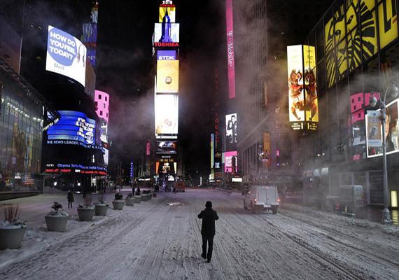 New Yorkban is elrendelték hétfő késő estétől a gépjárművek használatának tilalmát. Aki mégis autóba ült, azt 300 dolláros bírsággal is sújthatták. A nagyváros utcái egészen elcsendesedtek.