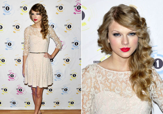 Míg hosszú volt a haja, Taylor Swift gyakran sűrű csigákba sütötte fürtjeit, majd oldalra tűzte őket, így még elegánsabb összhatást kelt.