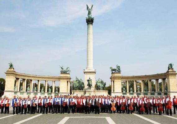 A 100 Tagú Cigányzenekar művészi és hagyományőrző teljesítménye nem mindennapi: a klasszikus szimfonikus zenekarként működő együttes a komolyzene mellett tradicionális magyar cigánymuzsikát, magyar nótát és népdalt is játszik.