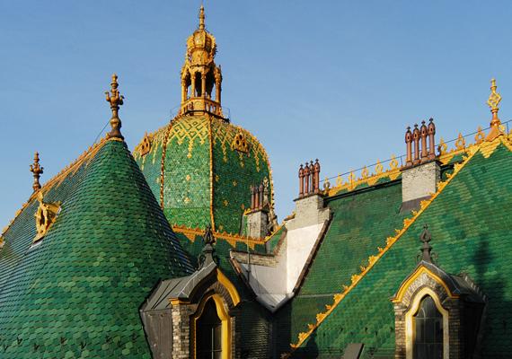 A Zsolnay porcelán és kerámia 160 éve van már a piacon, ám a minősége ennyi idő alatt sem romlott. A képen az Iparművészeti Múzeum látható, amelynek tetőcserepeit a cég gyártotta le.