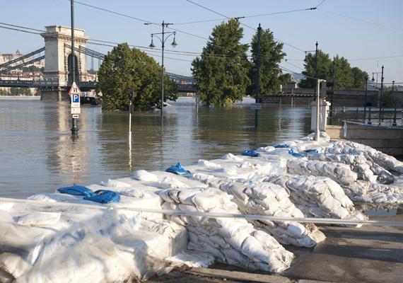 A dunai árvíz, amelyet a bőséges tavaszi csapadéknak köszönhetünk, sokak életét megnehezítette. Idehaza is ezreket telepítettek ki a riadókészültség miatt.