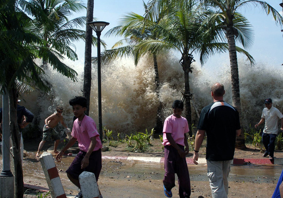 150 ezren haltak meg 2004. december 26-án, amikor egy óriási szökőár mosta el Indonézia környékét. Itt éppen az látszik, ahogy a mit sem sejtő emberek fölé tornyosul a víz.