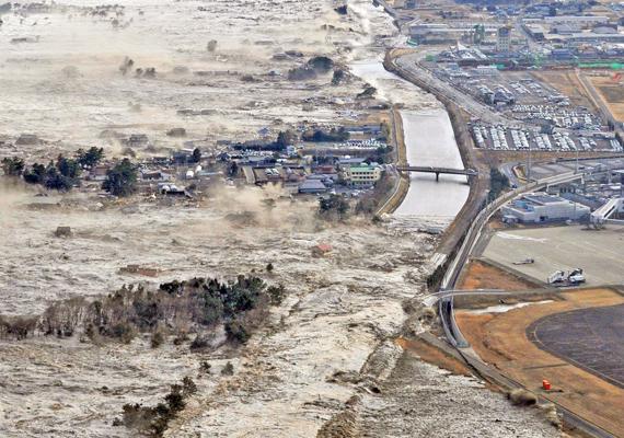 2011-ben újabb cunami pusztított, ezúttal Japán keleti partvidékén. A képen is jól látszik, hogy a tízméteres hullámokat még a lakóházak sem tarthatták vissza.