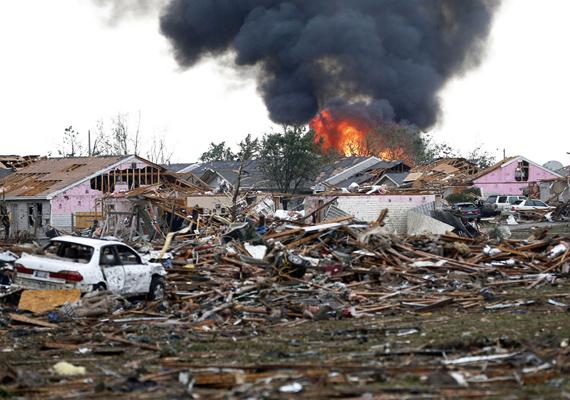 Az oklahomai Moore tornádó nagyjából száz emberéletet követelt, köztük 20 gyerekét. A 45 perces forgószél legalább háromszáz házat tett a földdel egyenlővé, de sok más épületben is kisebb-nagyobb károkat okozott.