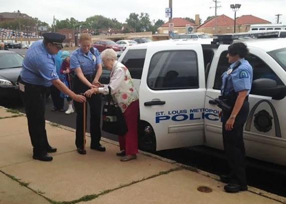 Bilinccsel a kezén vezették a rendőrök a kocsihoz a 102 éves nénit, majd elszállították.