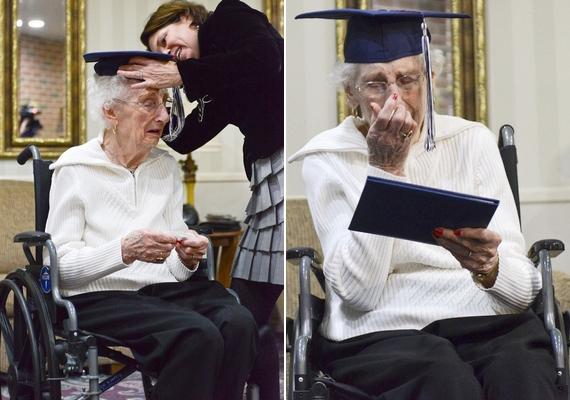 A 97 éves hölgy az ünnepélyes átadás ideje alatt végig a könnyeivel küszködött.