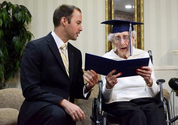 Margaret egykori iskolájának jelenlegi igazgatója, Greg Deja adta át a néninek a bizonyítványt egy szép beszéd kíséretében.