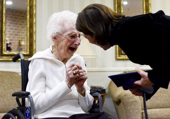 Margaret zokogásban tört ki, amikor megkapta az amerikai hagyomány szerinti sapkát, 79 évvel azután, hogy le kellett volna tennie az érettségi vizsgát.