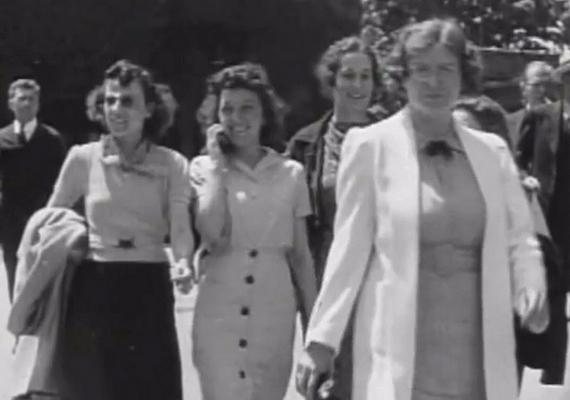 1938-ban készült egy videó egy massachusettsi gyár dolgozóiról, amint kilépnek a munkahelyükről. A képkockák szerint az egyik nő éppen mobiltelefonon beszélget. Nemrégiben a képen szereplő asszony egy ismerőse azzal magyarázta a jelenséget, hogy a nő itt éppen egy kísérleti fázisban lévő vezeték nélküli telefont tesztelt - ezzel kevés embert győzött meg.