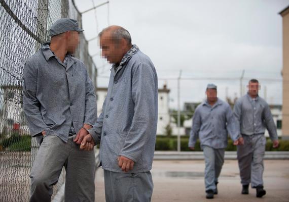 Rabok párosával levegőznek a Pálhalmai Országos Büntetés-végrehajtási Intézet udvarán.
