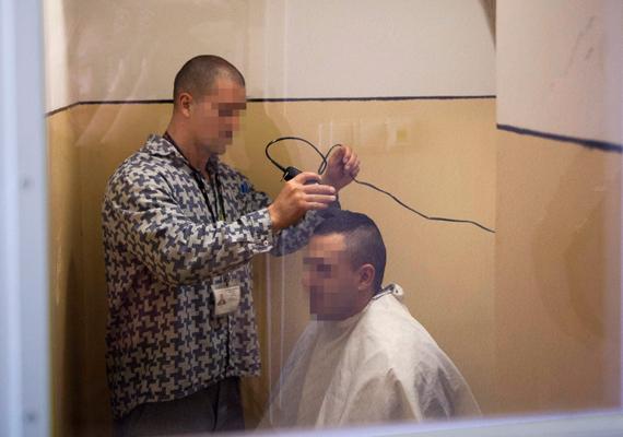 Hajvágás a Heves Megyei Büntetés-végrehajtási Intézetben 2013 szeptemberében.