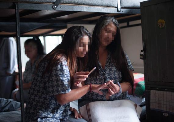 A Pálhalmai Országos Büntetés-végrehajtási Intézet női fogvatartottjai manikűröznek.