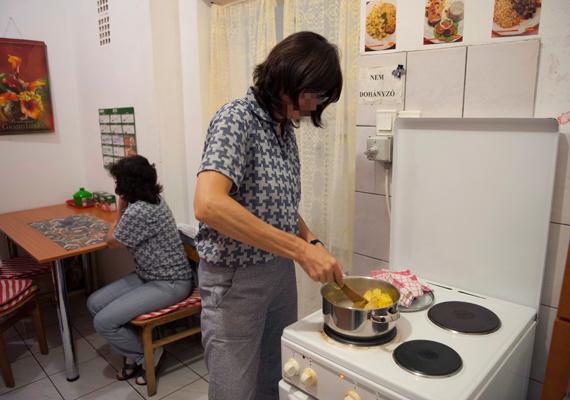 Lecsófőzés a konyhában a pánhalmai intézet enyhébb végrehajtási szabályok alá tartozó körzetében.