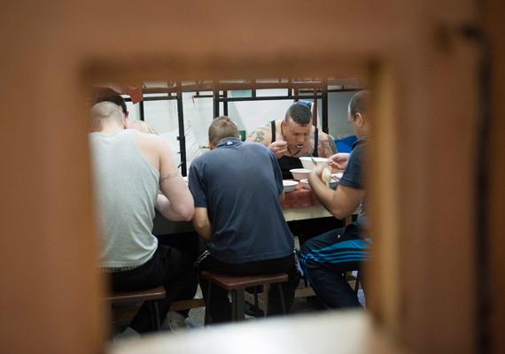 Rabok ebéd közben a Heves Megyei Büntetés-végrehajtási Intézetben.