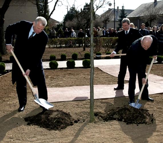 Schmitt Pál Hende Csaba honvédelmi miniszterrel emlékfát ültet a Tóth Géza olimpiai ezüstérmes súlyemelőről elnevezett park avatásán.