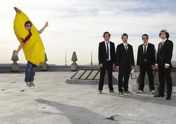 A zenekar tagjai láthatóan szívesen bohóckodnak, akkor is, ha a poén kedvéért az egyiküknek óriási banánjelmezt kell öltenie.