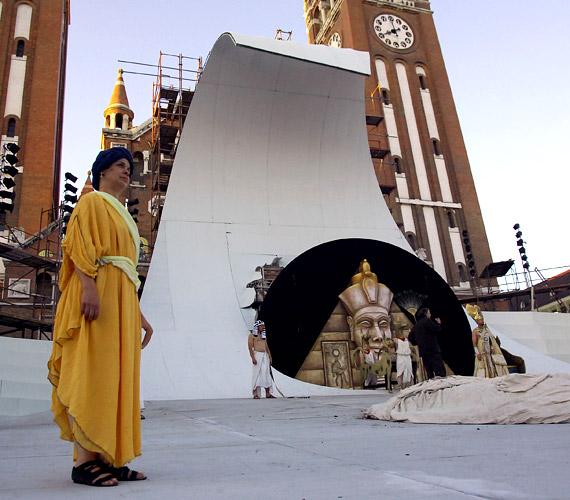 A díszlet 30 méter széles, legmagasabb pontja 15 méteren van.