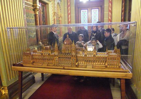 Jó néhány makett készült az Országházról, amit a folyosókon állítottak ki. Az egyik leghíresebb a gyufaszálakból készített építmény, ami a Parlament tökéletes kicsinyített mása és 4 millió gyufaszál alkotja.
