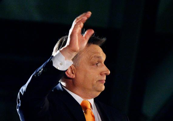 Orbán Viktor könnyeivel küszködve köszönte meg a szavazatokat a választóktól a Budapest Bálna rendezvényközpontban.