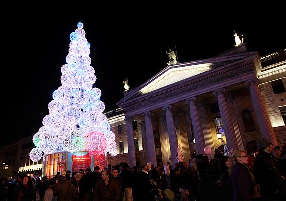 Dublinban az O'Connell Streeten áll a legnagyobb és leglátványosabb karácsonyfa.