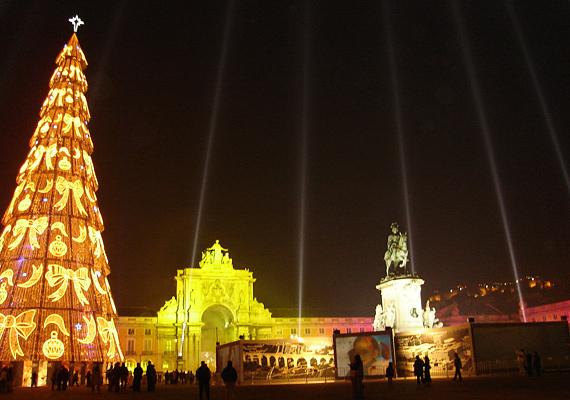 Lisszabonban a modern stílus uralkodik, mégsem visszatetsző a karácsonyfa látványa.