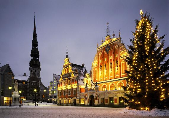 Rigában - Lettország fővárosában - a városháza előtt állítják fel minden évben a feldíszített fenyőt.