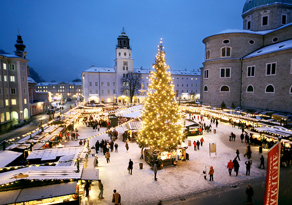 A salzburgi Dóm tér karácsonyi köntösben.