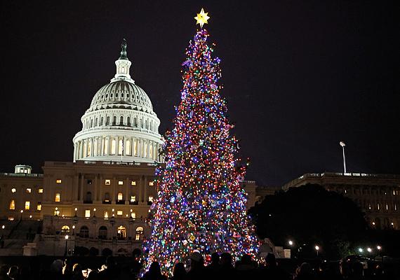 Az Egyesült Államok fővárosában, vagyis Washingtonban is szép számmal gyűlnek össze az emberek, amikor bekapcsolják a karácsonyfa fényeit.