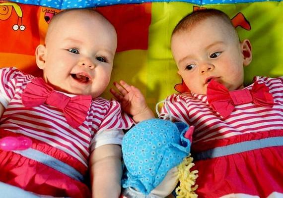 Az ír Maria Jones-Elliott ikreket várt, ám a terhesség ötödik hónapjában megindult a szülés, és az egyik baba koraszülött lett. A másik kicsi úgy döntött, vár még egy kicsit, és végül 87 nappal később jött a világra. Amy és Katie ezzel Guinness-világrekordot állított fel.