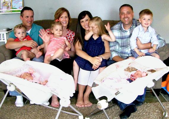 Egy marylandi házaspár, Andrea és Mark Rivas sikertelen próbálkozások után a mesterséges megtermékenyítés mellett döntött, 2012-ben pedig megszületett az első ikerpárjuk, Conor és Avery. A klinikán összebarátkoztak egy házaspárral, és két évvel később Andrea hordta ki szintén iker gyermekeiket, Emma Lee-t és Graysont. Néhány hónappal később Andrea ismét teherbe esett, de ezúttal természetes úton, és újból ikreket szült, akik a Leah és az Elyse nevet kapták.