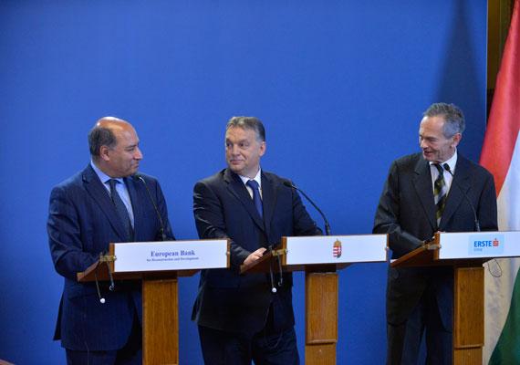 Az Orbán-kormány az eddig harcosságáról volt ismert, ám mostanában már igyekszik a békülékeny oldalát is bemutatni. Erre példa, hogy Lázár János nemrég bejelentette, csökkentik a reklámadó mértékét - bár a várt bevételről nem tettek le, így a kisebb adót többen fizethetik meg . A kormány nemrég azt is bejelentette, 2016-17-ben jelentősen csökkenti a banki különadót, ami évekig vita tárgyát képezte egyes gazdasági szereplők és a kormány közt. A képen Orbán bejelenti a bankadó mérséklését.