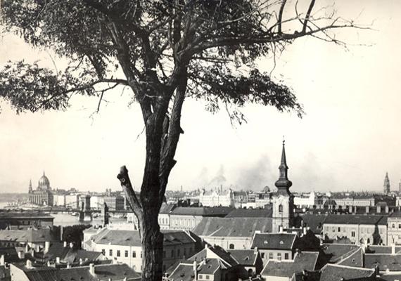 A pesti oldal, a Tabánból fényképezve: felismered a templomot a Ferenciek terén?