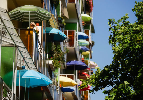 Mediterrán hangulat Újpalotán, ahol a legtöbb lakó napernyővel próbálta árnyékolni az erkélyét. Ibizán vagy Tunéziában találkozhatunk hasonló látvánnyal, a tengerpart közelében.
