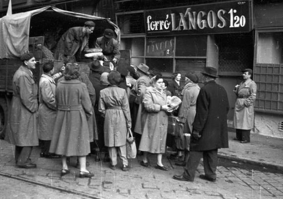 Kenyeret osztanak egy teherautóról a Visegrádi utcában, főleg nők várják az élelmiszert.